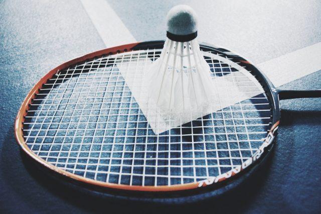 Federball auf Badmintonschläger